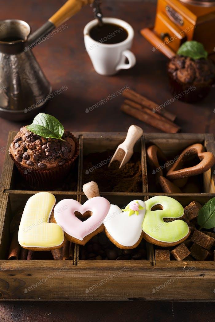 Taza de café con granos de cooffee, caja de De madera con granos de café y especias, galletas