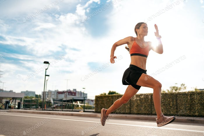 Weibliche Fitnessmodell-Training draußen in der Stadt