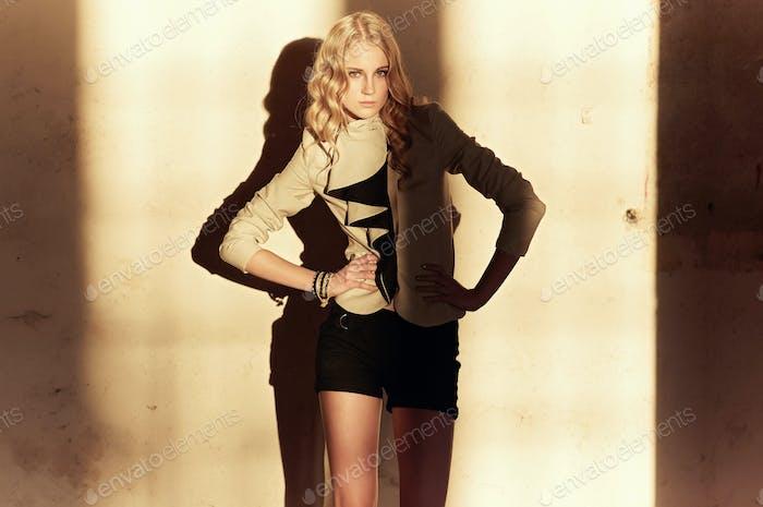 Attraktive blonde Frau in schwarzen Kleidern