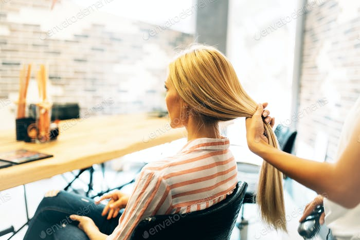 Porträt der schönen jungen Frau immer Haarschnitt