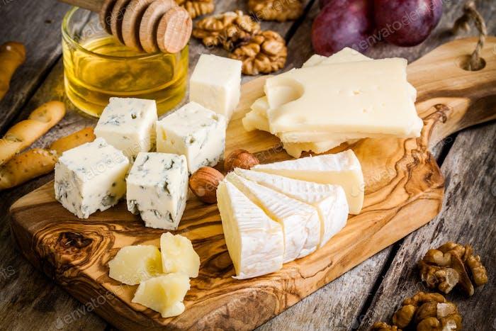Mix Käse: Emmental, Camembert, Parmesan, Blauschimmelkäse, mit Walnüssen und Honig