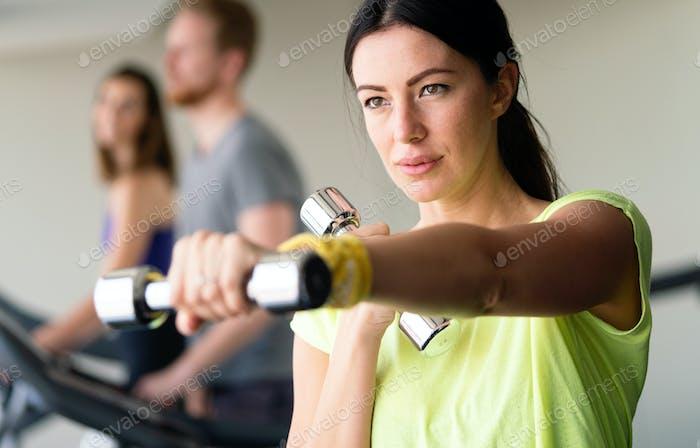 Happy fit fitness fille exercice intérieur dans le centre de remise en forme
