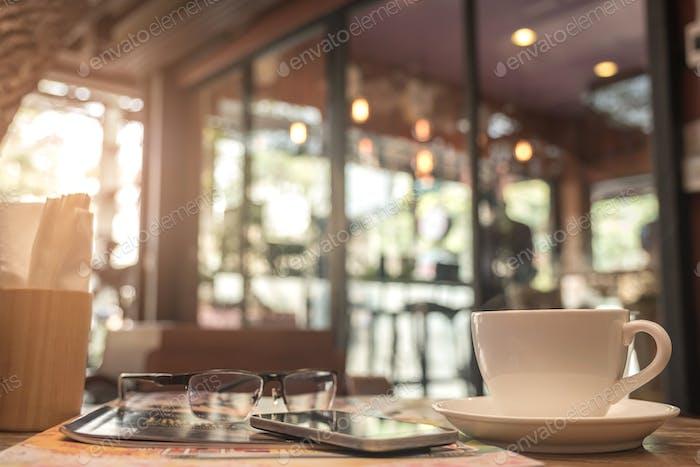 Kaffeetasse mit verschwommenem Hintergrund im Café.