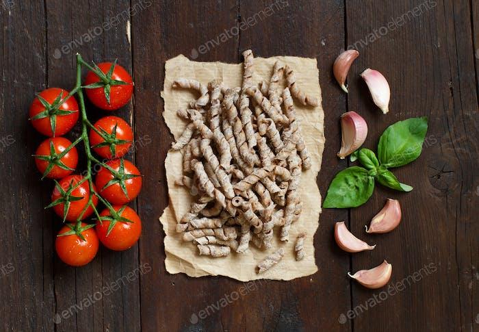 Pasta de trigo integral, tomates, albahaca y ajo