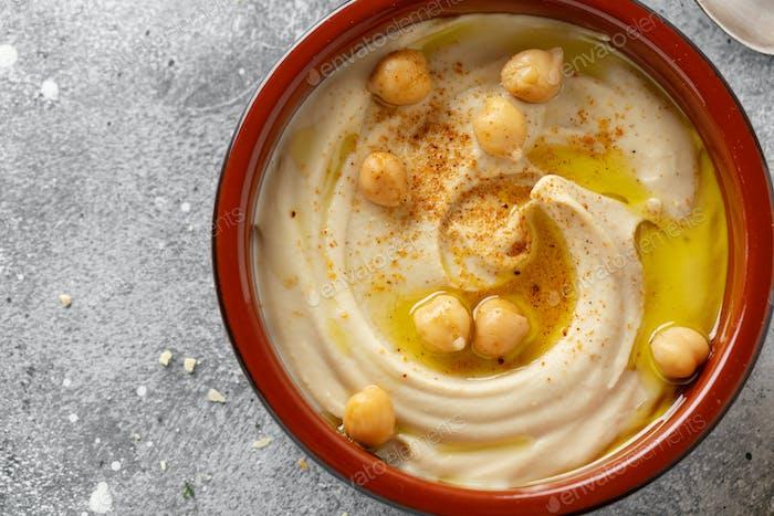 Hummus serviert in Schüssel auf Tisch