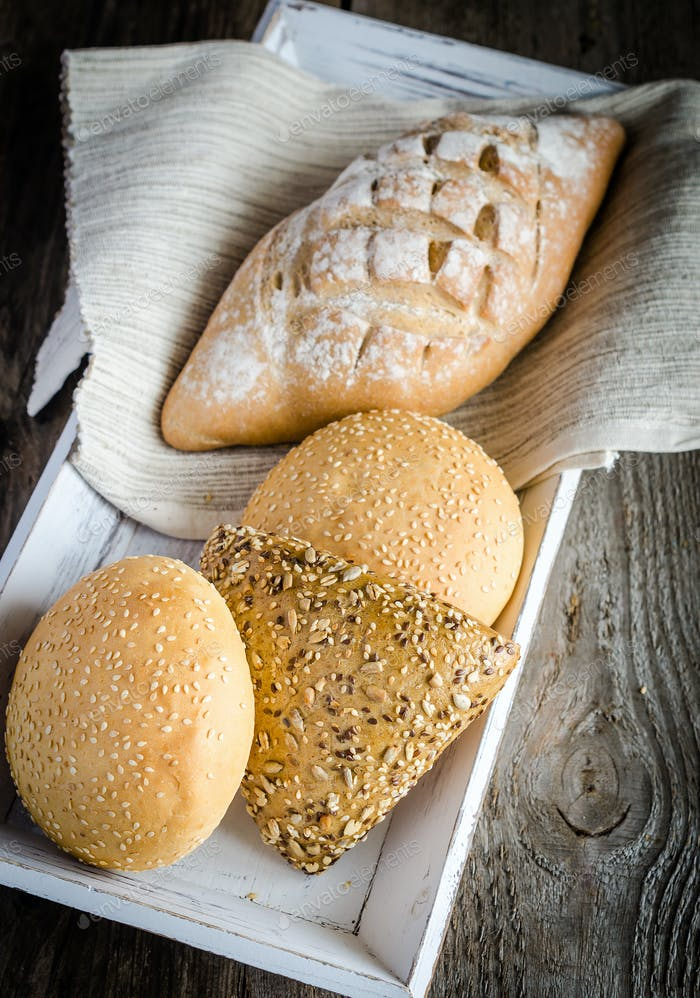 Pan de trigo integral con bollos de sésamo y linaza
