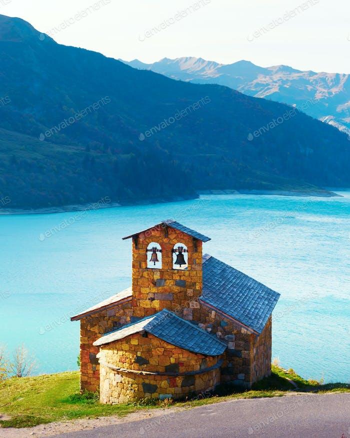 Malerische Aussicht auf die Steinkapelle am Roselend See