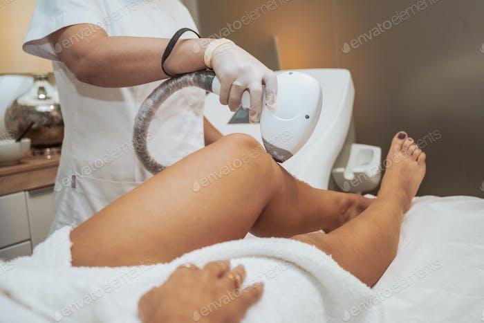 Mujer haciendo tratamientos cosméticos