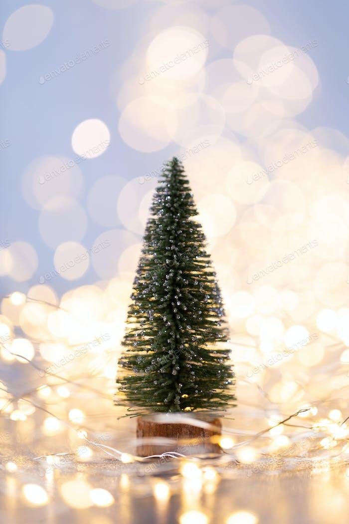 Weihnachtsbaum auf blauem Bokeh Hintergrund.