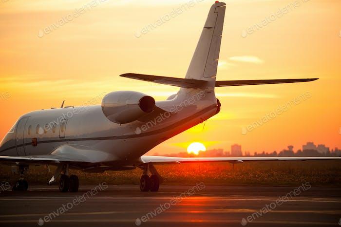 Bin  gerade gelandet. Flugzeuglandung am Flughafen mit Sonnenuntergang im Hintergrund