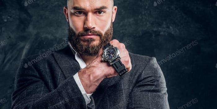 Портрет элегантного бизнесмена в темной фотостудии