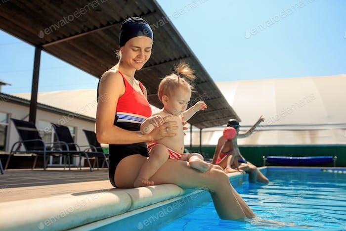 Glückliche Familie Spaß am Pool