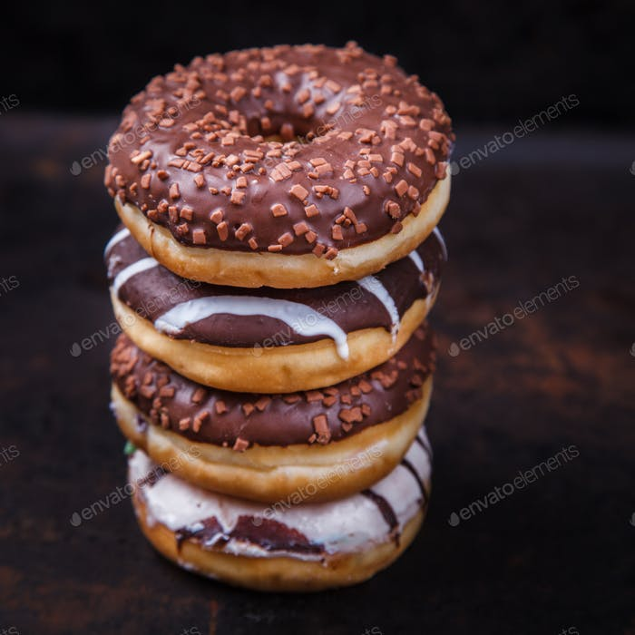 Donuts in farbigen Glasuren. Gebäck, Dessert.