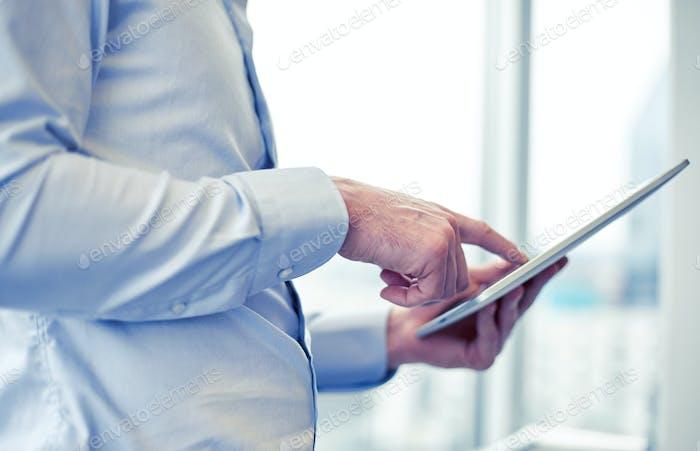 Geschäftsmann mit Tablet-PC im Büro