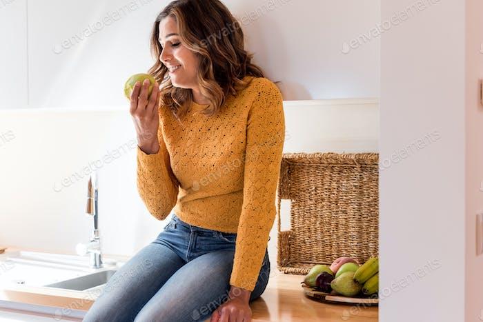 Schöne Frau essen Apfel