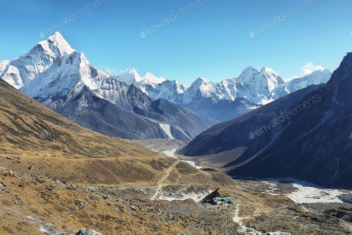 Blick auf die Berge von Ama Dablan und Tamsherku