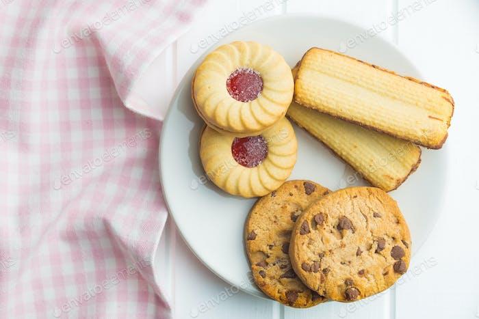 Verschiedene süße Kekse auf Teller.