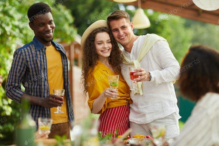 Grupo de amigos disfrutando de la celebración al aire libre