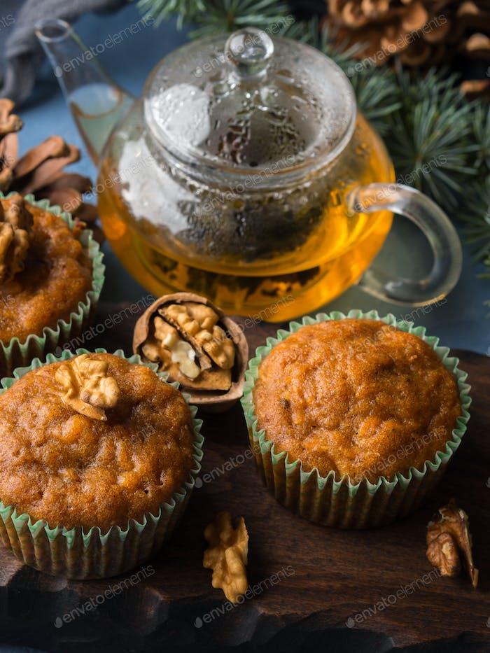 Winter Karotte gewürzte Muffins mit Walnüssen