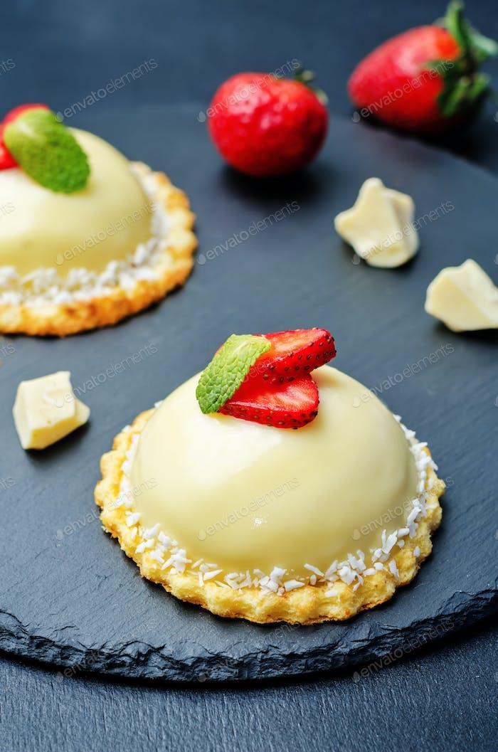 Erdbeere weiße Schokolade Frischkäse Mousse Kuchen