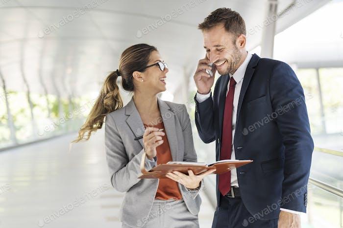Geschäftsleute Diskussion Mobiltelefon Telekommunikation Concep