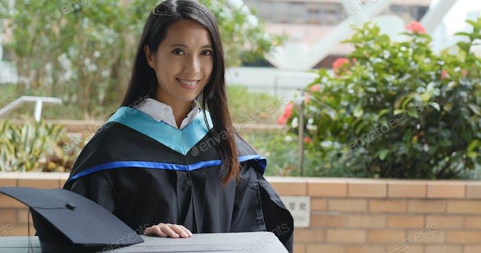 Graduierung Frau trägt Kleid in der Universität Campus