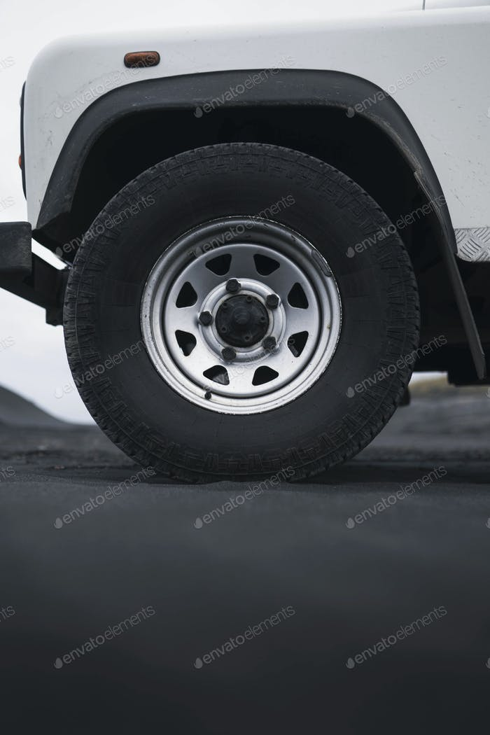 Land Rover Defender bei Stokksnes