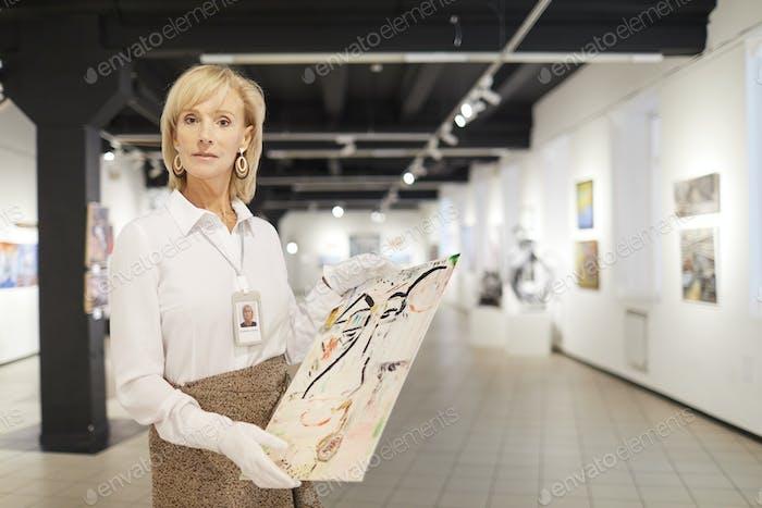Weibliche Kunstexpertin posieren in der Galerie