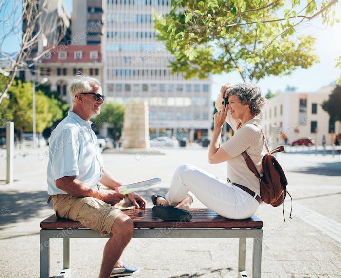Seniorenpaar tun persönliche Fotografie
