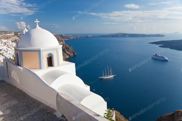 Kirche und Kreuzfahrtschiff in Fira, Santorin, Kykladen Inseln, Griechenland