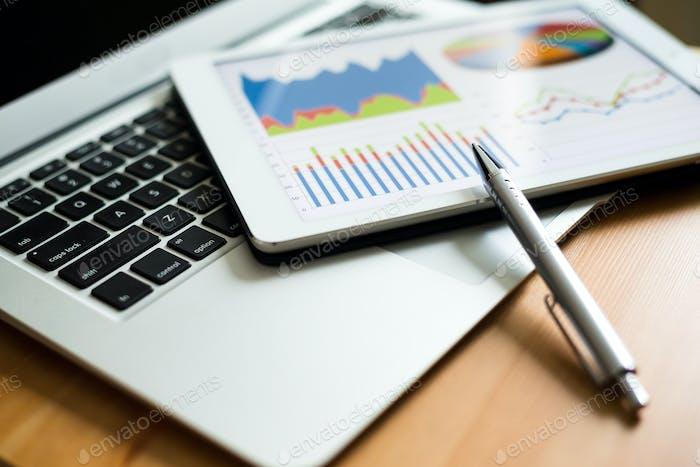 Geschäftsanalytik mit Tablet-PC und Laptop-Computer