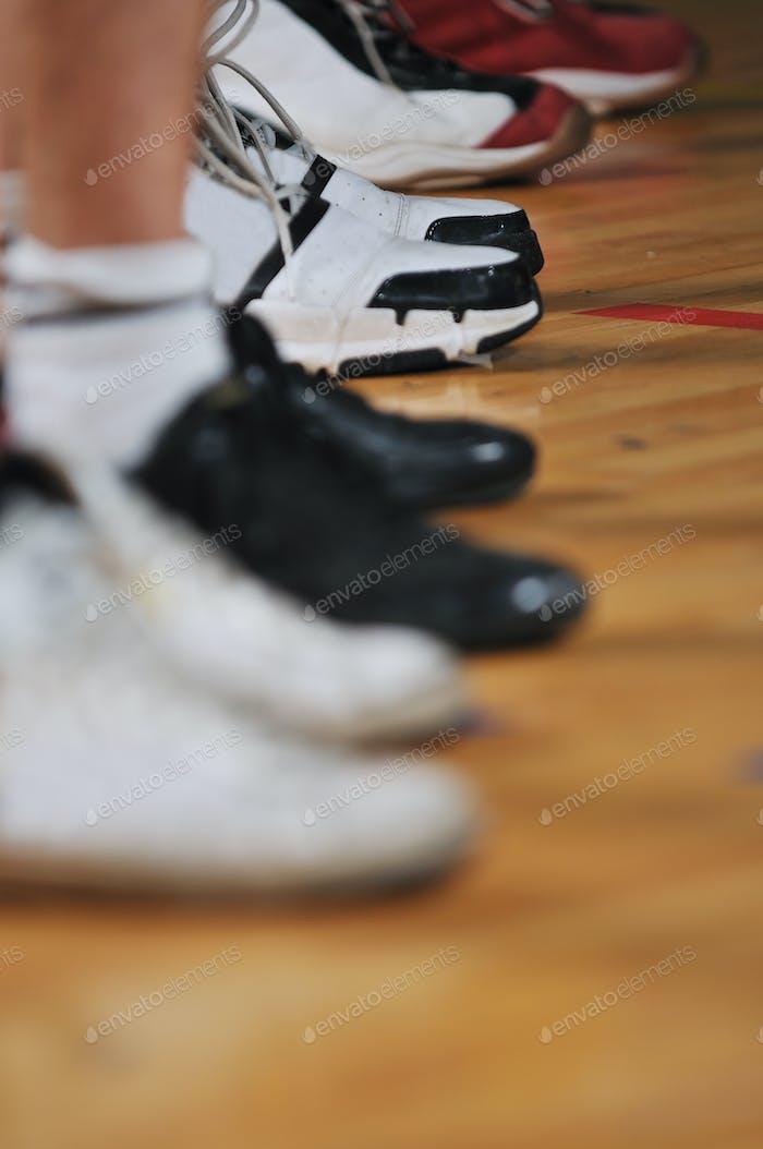 Basketballspielspieler in der Sporthalle