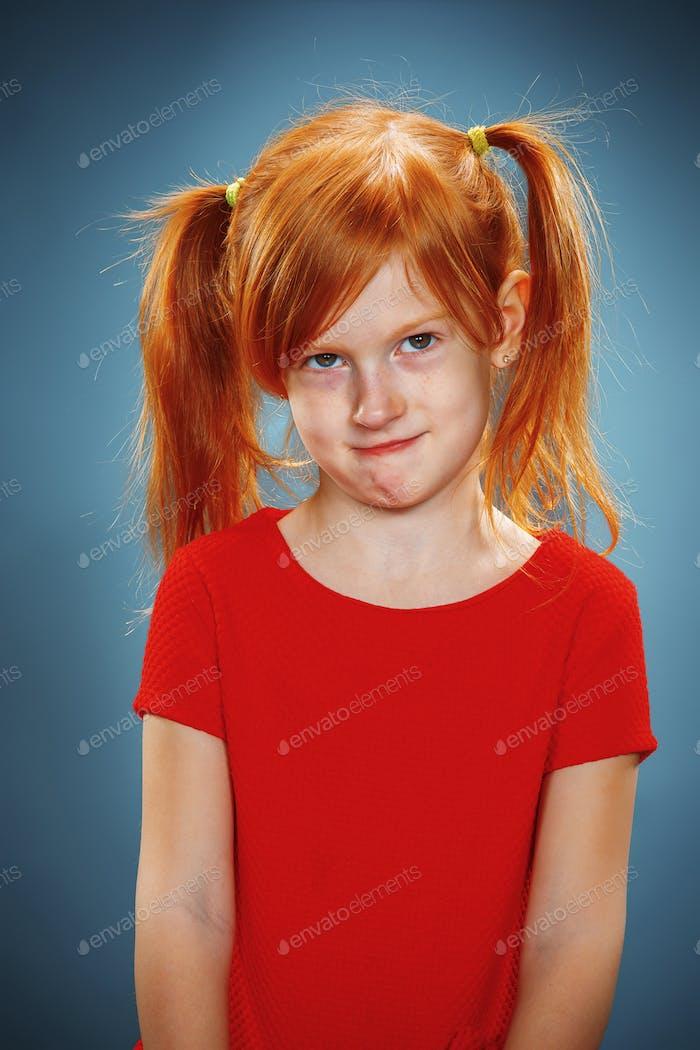 Schönes Porträt eines glücklichen kleinen Mädchens lächelnd