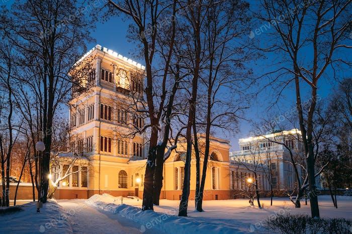 Gomel, Weißrussland. Stadtpark in der Winternacht. Rumyantsevs und Paskeviches Palast in Homiel Park