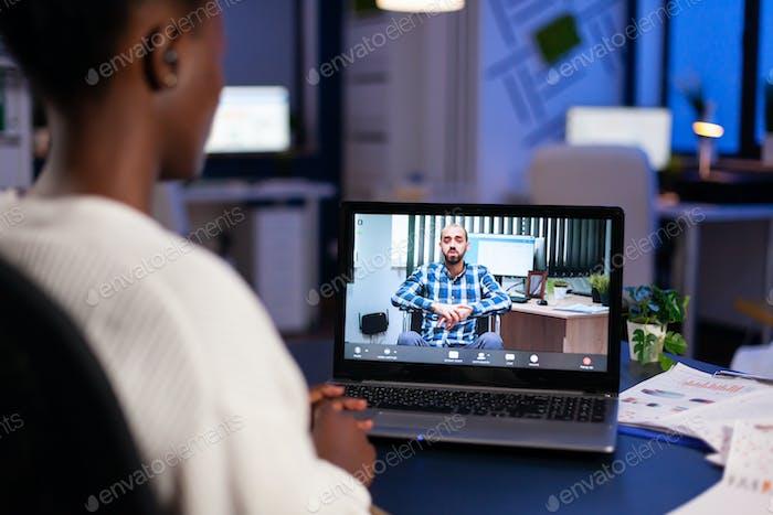 Schwarze Freiberuflerin diskutiert mit gelähmten Kunden bei Videoanruf