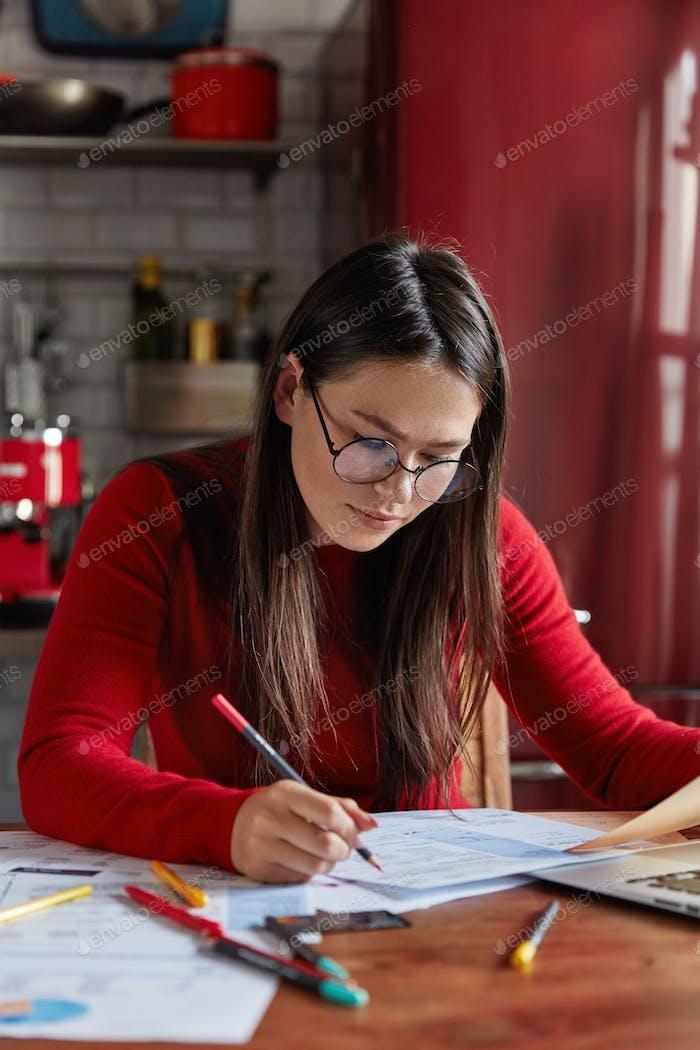 Mujer ocupada emprendedor piensa en el objetivo o la planificación de la empresa, hace estadísticas o análisis de análisis