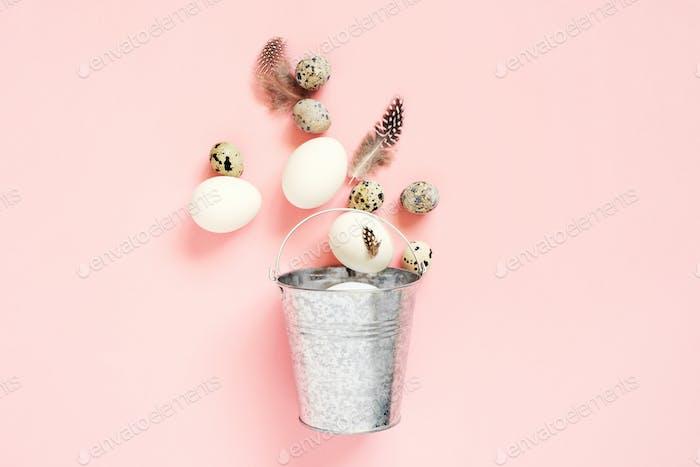 Ostereier im Metallkorb auf rosa