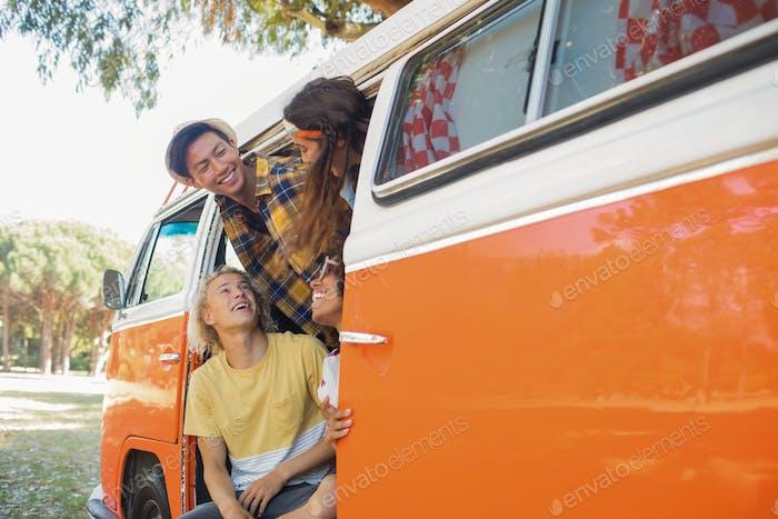 Amigos sonrientes en caravana