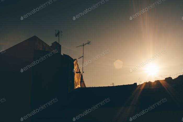 Silhouette der Hausdachantennen