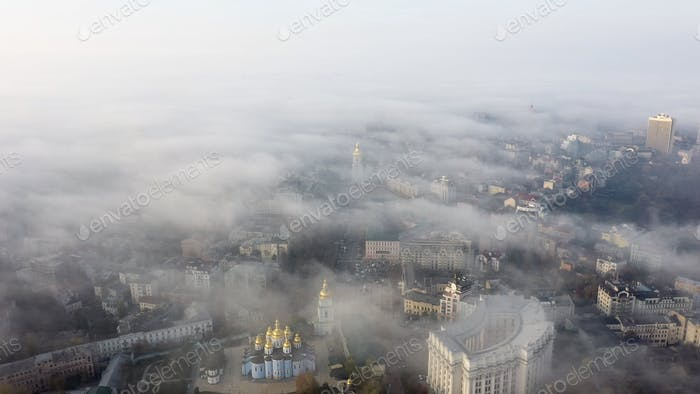 Воздушный вид на город в тумане
