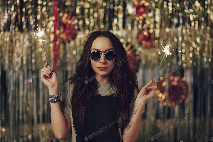 Attraktive Hipster Mädchen hält Wunderkerzen in den Händen