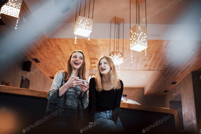 Kommunikations- und Freundschaftskonzept - lächelnd junge Frauen mit Kaffeetassen im Café