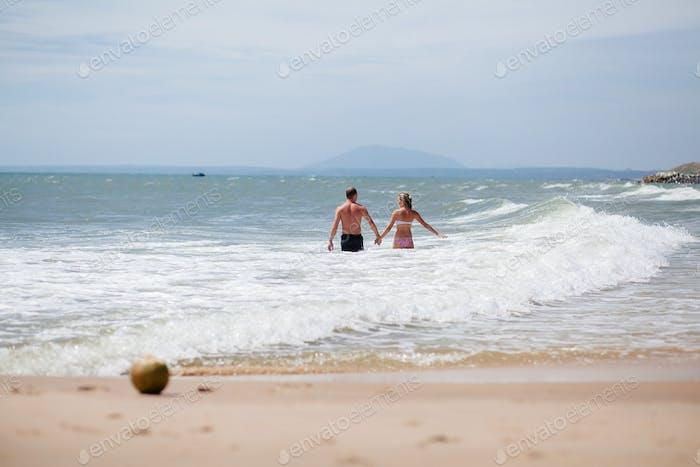 pareja relajarse en playa juntos