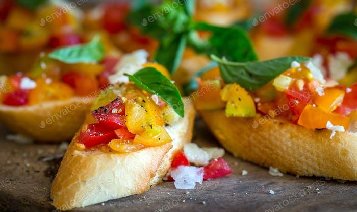 Bruschetta mit Tomaten, Knoblauch und Basilikum