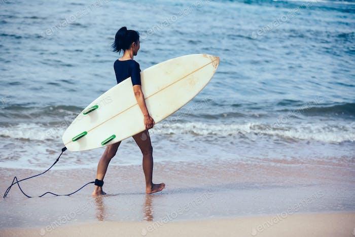 Surfer zu Fuß am Strand