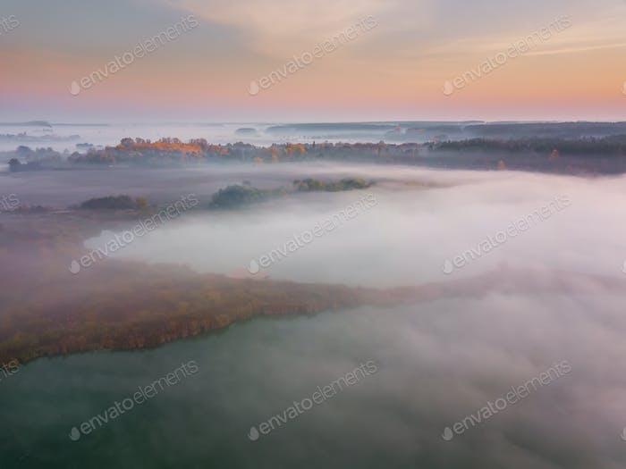 Hermoso amanecer brumoso. Volador por encima de las nubes, vista Aéreo