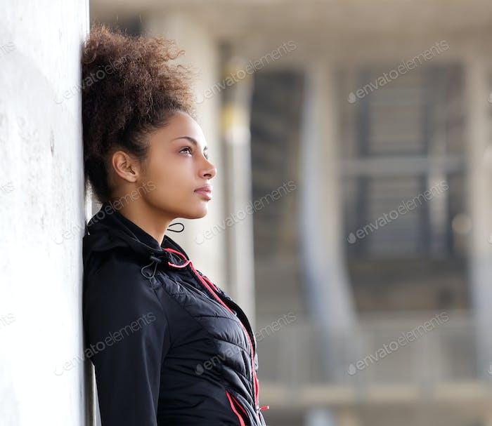 Attraktive junge Frau denken im freien