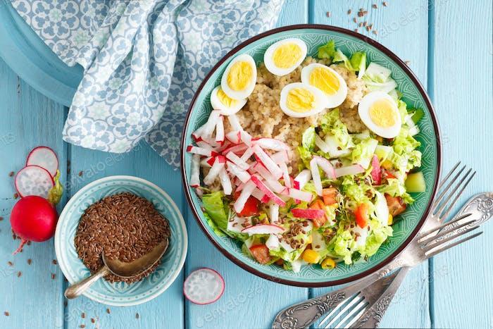 Schüssel mit Weizenbrei, gekochten Eiern und frischem Gemüsesalat