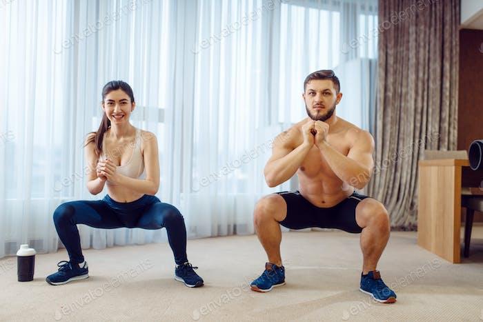 Morgen Aerobic-Workout der Liebe Paar zu Hause
