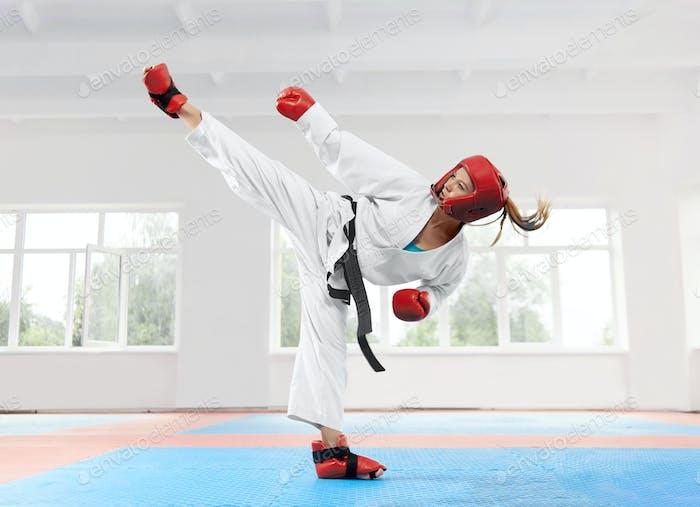 Junge Frau trägt in traditionellen Kimono üben ihre Karate bewegen